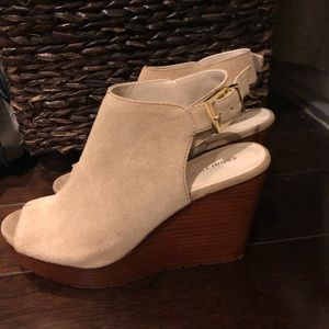 NWOT Kenneth Cole New York beige suede wedges
